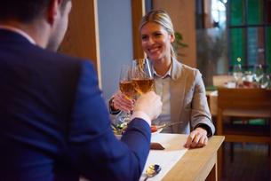 business couple having dinnerの写真素材 [FYI00788490]