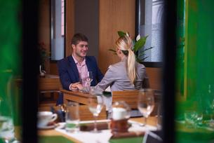 business couple having dinnerの写真素材 [FYI00788500]