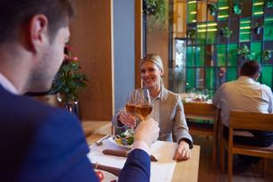 business couple having dinnerの写真素材 [FYI00788509]