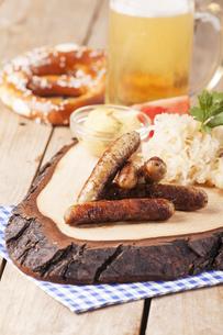 nuremberg sausages with sauerkrautの写真素材 [FYI00788572]