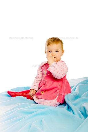 Beautiful baby sitting on a blue blanket. Studioの素材 [FYI00788579]