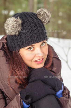 Portrait of the charming young woman in winter outdoorsの写真素材 [FYI00788587]