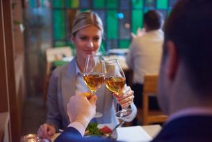 business couple having dinnerの写真素材 [FYI00788600]
