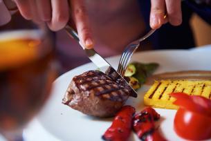 business man eating tasty beef stakの写真素材 [FYI00788610]