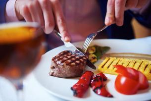 business man eating tasty beef stakの写真素材 [FYI00788613]