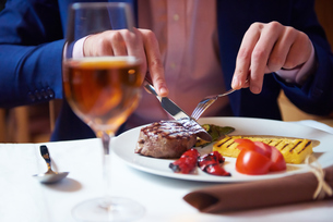 business man eating tasty beef stakの写真素材 [FYI00788614]