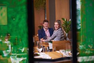 business couple having dinnerの写真素材 [FYI00788665]
