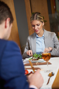 business couple having dinnerの写真素材 [FYI00788686]