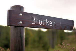 signpost on a hiking trail at the foot of the brockenの写真素材 [FYI00788691]
