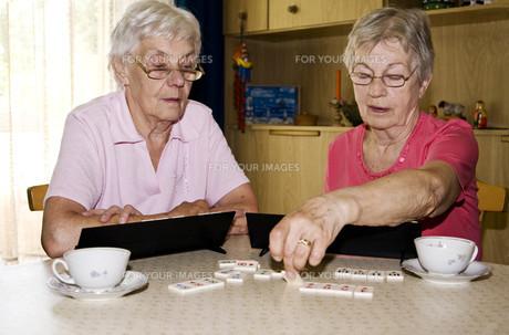 senior ladies playingの写真素材 [FYI00788694]