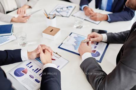 Hands over business documentの写真素材 [FYI00788752]