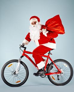 Happy Santa on bicycleの素材 [FYI00788757]