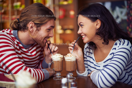 Having dessert in cafeの写真素材 [FYI00788758]