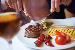 business man eating tasty beef stakの写真素材 [FYI00788970]