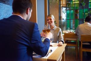 business couple having dinnerの写真素材 [FYI00788975]