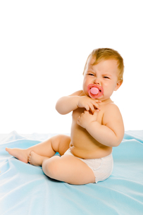 upset baby in diapers. Studioの写真素材 [FYI00788983]