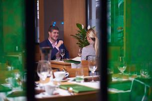 business couple having dinnerの写真素材 [FYI00788991]