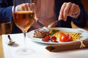 business man eating tasty beef stakの写真素材 [FYI00788998]