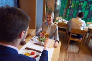 business couple having dinnerの写真素材 [FYI00789005]