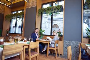 business couple having dinnerの写真素材 [FYI00789061]