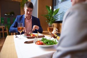 business couple having dinnerの写真素材 [FYI00789122]