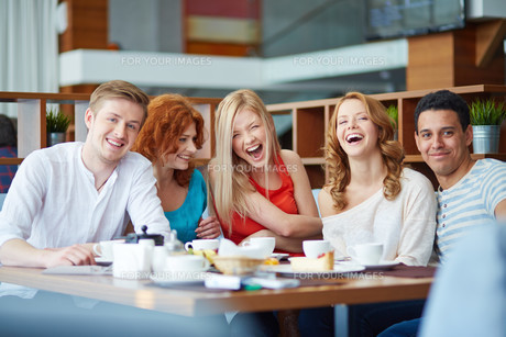Laughing in cafeの写真素材 [FYI00789218]