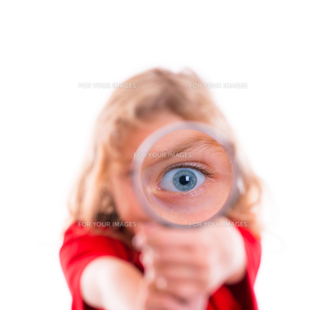 blond girl with magnifying glassの素材 [FYI00789393]