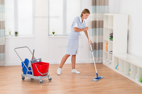 Female Housekeeper Cleaning Floor With Mopの写真素材 [FYI00789525]
