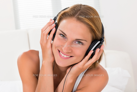Woman Listening Music With Headphonesの写真素材 [FYI00789538]