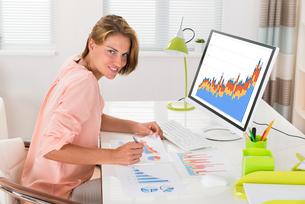 Woman Analyzing Financial Statisticsの写真素材 [FYI00789540]