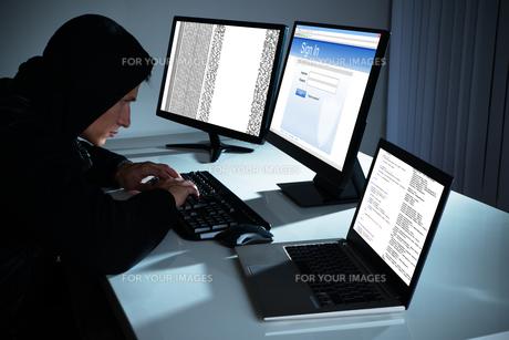 Male Hacker Using Computersの写真素材 [FYI00789556]