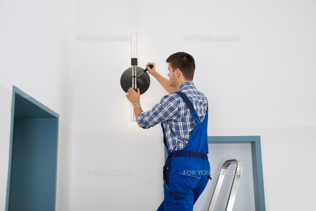 Electrician Repairing Lightの写真素材 [FYI00789586]