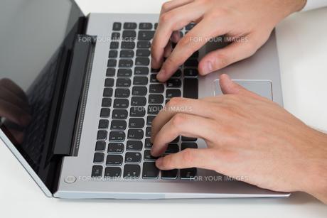 Person Hands Using Laptopの写真素材 [FYI00789600]