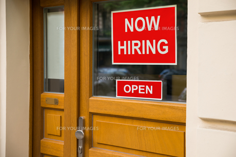 The Text Now Hiring Sticker Attached On Doorの写真素材 [FYI00789623]
