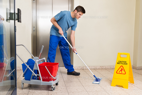 Male Janitor Mopping Floorの写真素材 [FYI00789624]