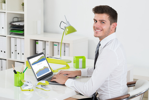 Businessman Analyzing Graph On Laptopの写真素材 [FYI00789631]