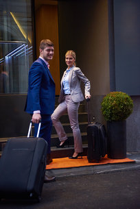 business people couple entering  hotelの写真素材 [FYI00789646]
