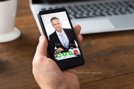 Person Videochatting With Colleague On Mobile Phoneの写真素材 [FYI00789651]