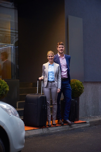business people couple entering  hotelの写真素材 [FYI00789662]