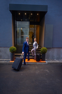business people couple entering  hotelの写真素材 [FYI00789663]
