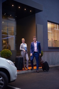 business people couple entering  hotelの写真素材 [FYI00789665]