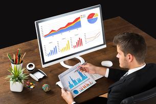 Businessman Analyzing Statistic Reportの写真素材 [FYI00789667]