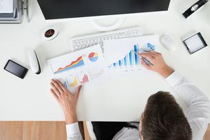 Businessman Analyzing Financial Graphsの写真素材 [FYI00789670]