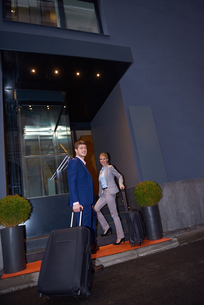 business people couple entering  hotelの写真素材 [FYI00789673]