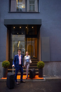 business people couple entering  hotelの写真素材 [FYI00789685]