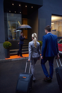 business people couple entering  hotelの写真素材 [FYI00789686]