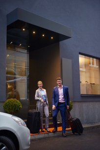 business people couple entering  hotelの写真素材 [FYI00789688]