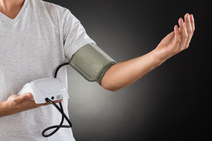 Man Measuring His Blood Pressureの写真素材 [FYI00789689]