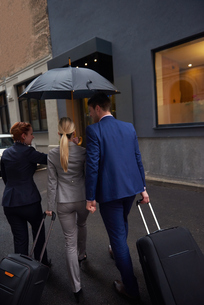 business people couple entering  hotelの写真素材 [FYI00789690]