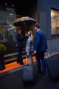 business people couple entering  hotelの写真素材 [FYI00789693]